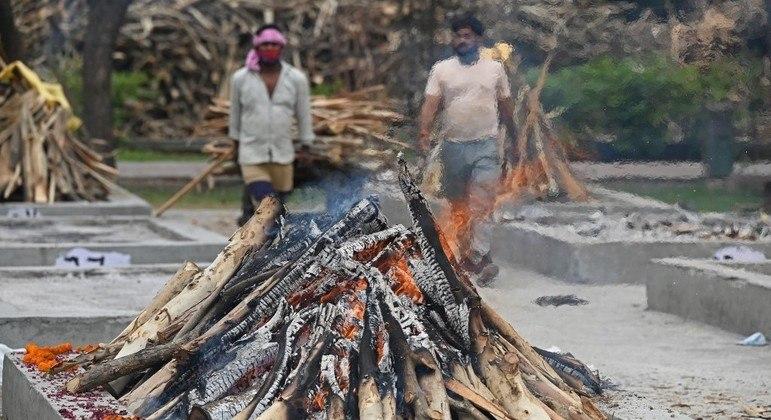Maior parte das vítimas de covid-19 na Índia são cremadas em piras pelo país