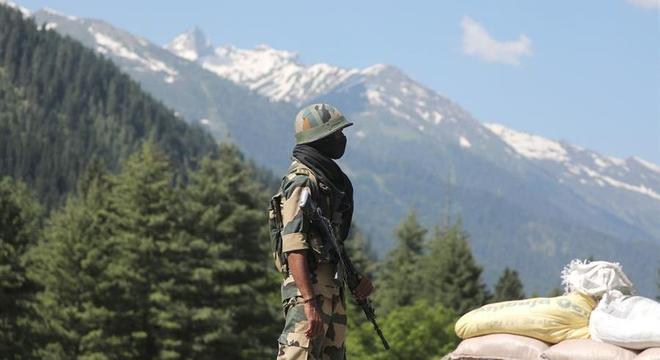 Soldado indiano em um ponto de checagem em estrada em Gagangeer, na região de Ladakh