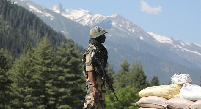 Soldado indiano em ponto de checagem em Gagangeer no confronto de 2020