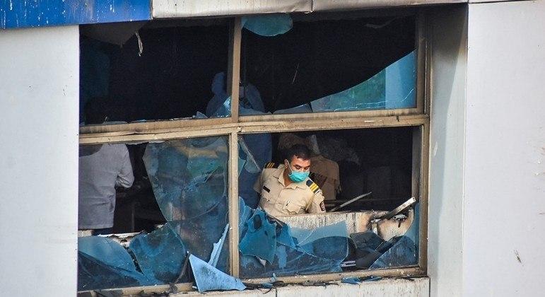 Policial inspeciona quarto da UTI após incêndio em hospital de Mumbai