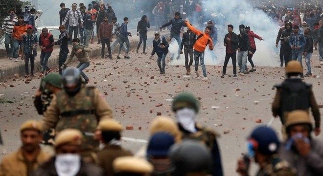 Polícia disparou gás lacrimogêneo para dispersar protesto em Nova Délhi