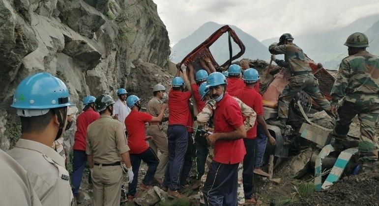 Equipes de resgate tentam localizar sobreviventes em meio ao deslizamento de terra