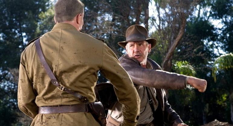 Harrison FordO ator voltará a viver o clássico personagem Indiana Jones em um novo filme, mas se machucou durante os ensaios de uma das cenas de ação do longa. O astro, de 79 anos, sofreu uma lesão no ombro e precisou de cirurgia. As gravações foram suspensas por cerca de 10 semanas após o acidente, mas já foram retomadas