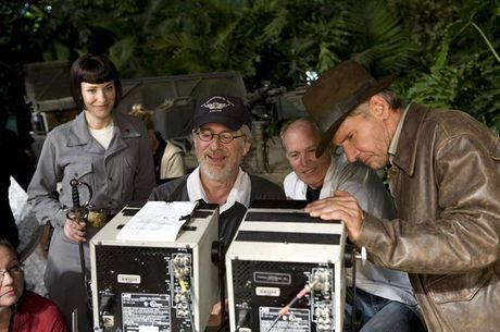 Spielberg (de boné) e Ford juntos no set de Indiana 4