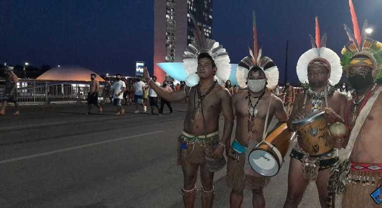 Indígenas do acampamento Luta Pela Vida em marcha na Esplanada dos Ministérios
