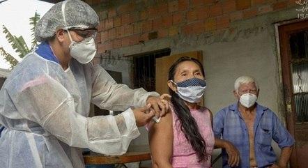 Em Manaus, pessoas com 37 anos ou mais são vacinadas