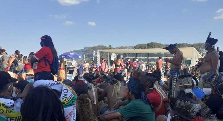 Indígenas protestam em frente ao prédio do STF, em Brasília