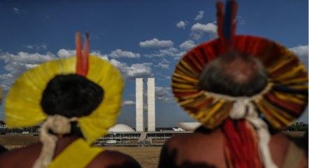 Indígenas de várias regiões protestam na Esplanada dos Ministérios, em Brasília, contra marco temporal