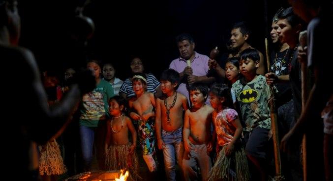 Indígenas xokleng cantam em volta de fogueira em sua terra em José Boiteux (SC)