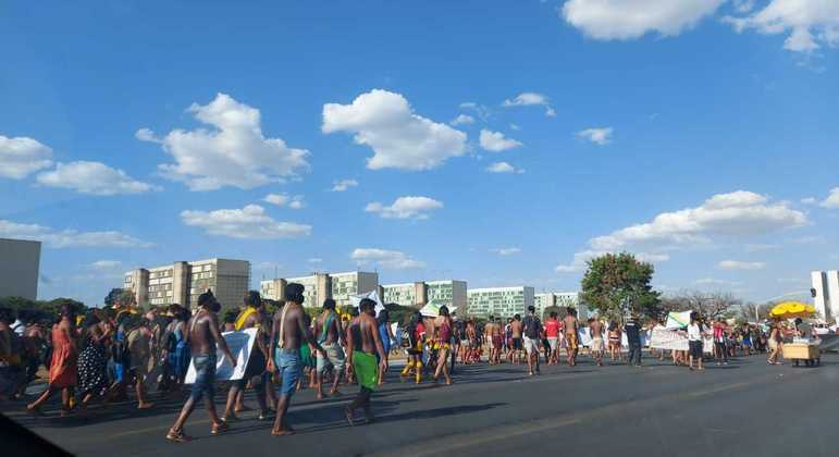 Indígenas fazem manifestação em Brasília na tarde desta terça (24)