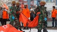 Indonésia: vídeos mostram destroços de avião no fundo do mar