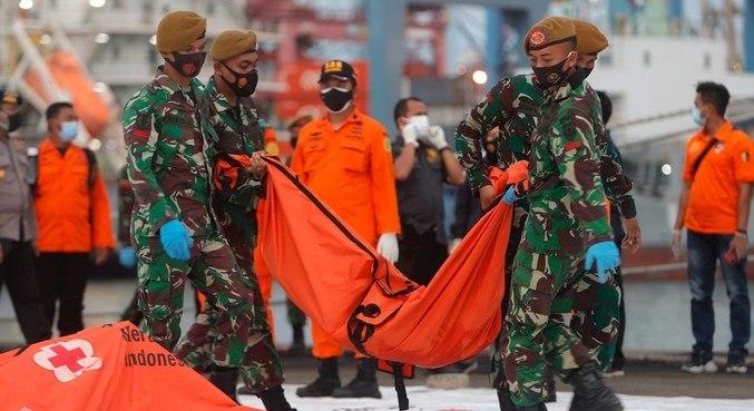 Equipes de resgate encontram destroços e pedaços de corpos após queda de avião