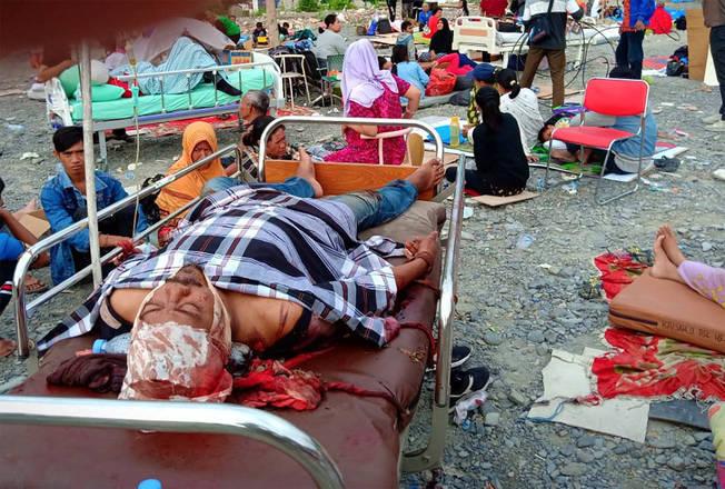 A cidade de Palu, na ilha de Sulawesi, na Indonésia, foi atingida por um forte terremoto de 7,5 de magnitude. O tremor provocou um tsunami, com ondas de três metros de altura, que varreram a estância turística. Segundo o balanço divulgado pelas autoridades locais neste sábado (29), já são mais de 382 mortos e 540 feridos na tragédia. Mas o número de vítimas fatais ainda deve aumentar, segundo um porta-voz da equipe de resgate contou à agência Reuters