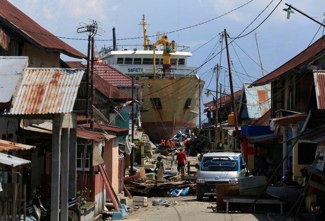 A região ainda está sofrendo com os tremores secundários, que acontecem após o terremoto. Tremores de até 6 graus na escala Richter já foram sentidos no país