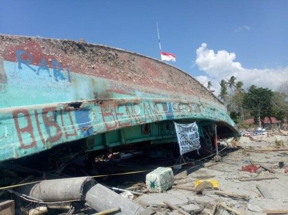 Segundo o governo, ao menos 2 milhões de pessoas precisam de ajuda após o desastre. São cerca de 300 mil pessoas desabrigadas e a comunicação em Palu ainda não foi reestabelecida