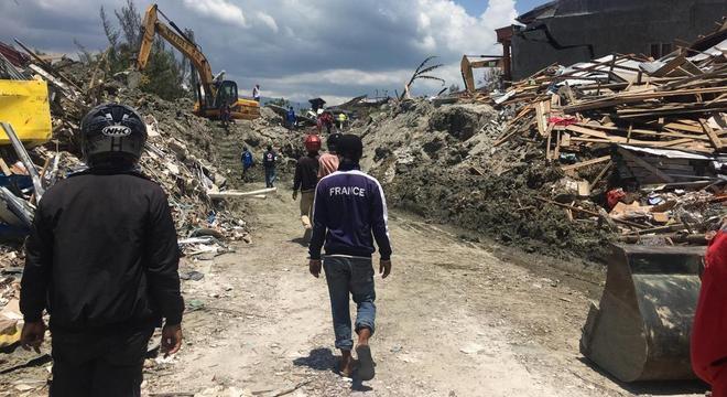 Médica diz que cheiro indica muitos mortos sob escombros na Indonésia