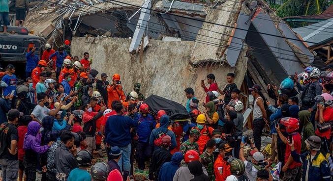 Equipes de resgate seguem buscando vítimas entre os escombros em Sulawesi