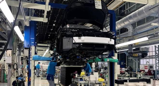A pesar da melhora em julho, a indústria automobilística produziu metade do volume