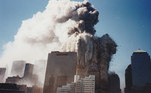É possível ver o incêndio que o combustível das duas aeronaves causou nas torres e a fumaça se espalhando pelo céu de Manhattan