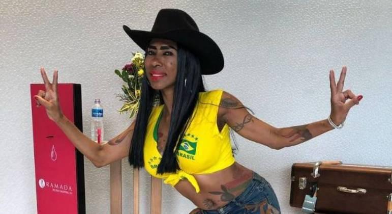 Inês Brasil invade a sede de A Fazenda 13