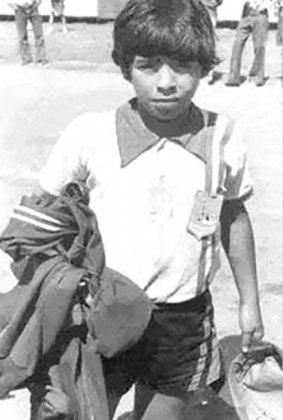 Infância humilde - Maradona nasceu em Lanús, província de Buenos Aires, e viveu boa parte de sua juventude no bairro Villa Fiorito, um dos locais mais pobres e perigosos da capital argentina. Em uma entrevista, Maradona revelou que vivia