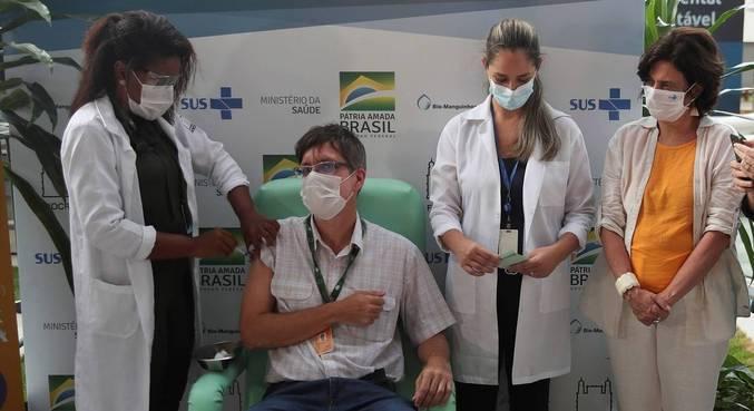 Infectologista da Fiocruz Estevão Portela foi o 1º a receber a vacina de Oxford