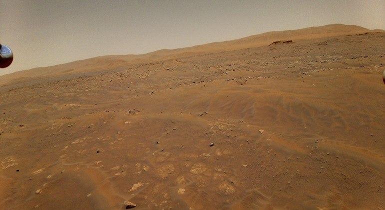Imagem registrada pelo Ingenuity a 10 metros de altura, durante o 6º voo em Marte