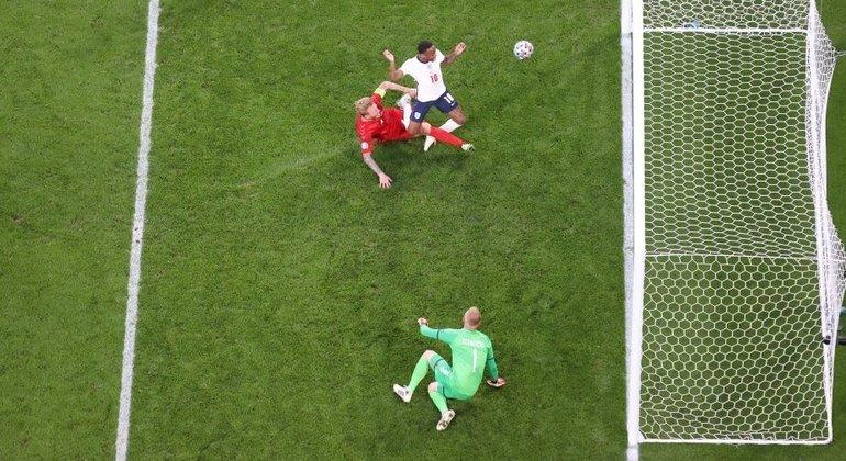 O momento do tento contra de Kjaer, Inglaterra 1 X 1 Dinamarca