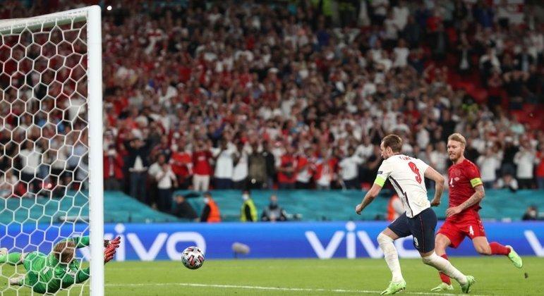 Harry Kane pega o rebote do excelente goleiro Schmeichel. 2 a 1. Gol que valeu a final da Euro