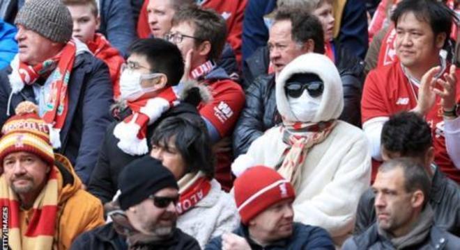 Torcedores  na Inglaterra usam cada vez mais máscaras. Medo de contágio