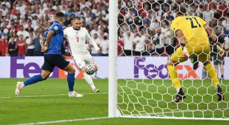 O momento do gol-relâmpago de Luke Shaw, Inglaterra 1 X 0