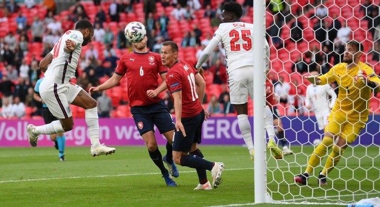 O momento do gol de Sterling, Inglaterra 1 X 0 República Tcheca