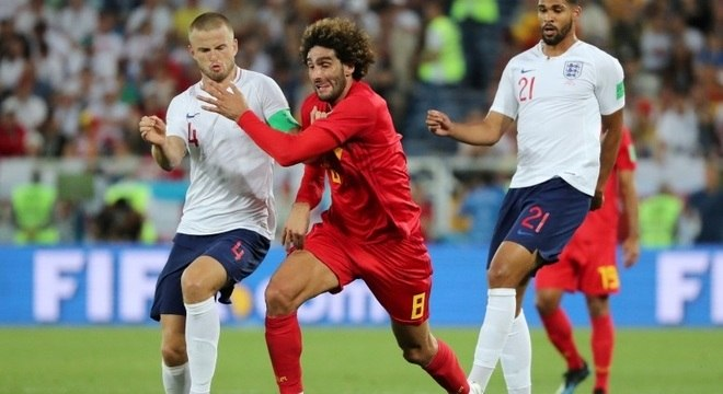 Belga Felaini tenta passar por ingleses na partida que definiu a liderança da chave