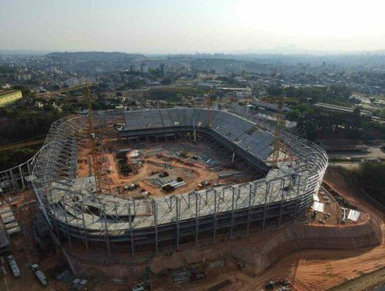Iniciadas em abril de 2020, as obras da Arena MRV, novo estádio do Atlético-MG, chegaram a 41% de conclusão, informou o clube na última quarta-feira (6). A arena está sendo construída nas proximidades do bairro Califórnia, região Noroeste de Belo Horizonte, com capacidade para 46 mil torcedores. A entrega está prevista para outubro de 2022 e o custo estimado das obras é de R$ 560 milhões. Veja imagens atuais da obra - e como o estádio ficará, ao fim da galeria!