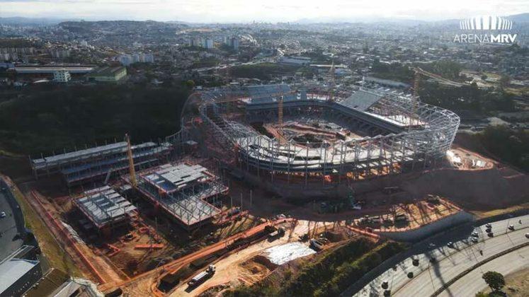 Iniciadas em abril de 2020, as obras da Arena MRV, novo estádio do Atlético-MG, completam 500 dias nesta quinta-feira (2). O novo estádio está 35% concluído. A arena está sendo construída nas proximidades do bairro Califórnia, região Noroeste de Belo Horizonte, com capacidade para 46 mil torcedores. A entrega está prevista para outubro de 2022 e o custo estimado das obras é de R$ 560 milhões. Veja imagens atuais da obra e como o estádio ficará, ao fim da galeria