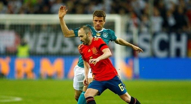 55b3ecdd63 Iniesta e Müller decidiram o confronto em Düsseldorf