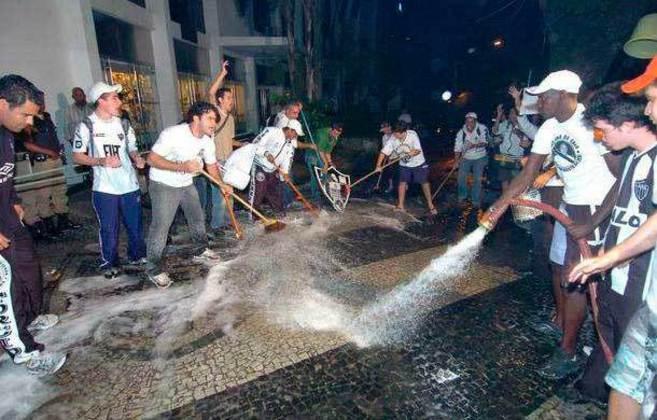 Insatisfeitos com o presidente, torcedores do Atlético-MG lavaram a calçada para limpar 'sujeira' no clube (2008)
