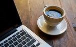 'O café tira o sono, mas não precisa tirar da dieta. Épreciso dosar até que horas posso tomar. O café demora em média 6 horas parasair do organismo, mas a última xícara de café seja até as 14h. Se você gostado sabor, toma um descafeinado. Evite a bebida, remédios,doces, tudo que tenha cafeína a partir desse horário', sugere o psiquiatra