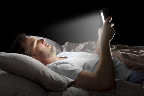 Celular antes de dormir é prejudicial para o sono