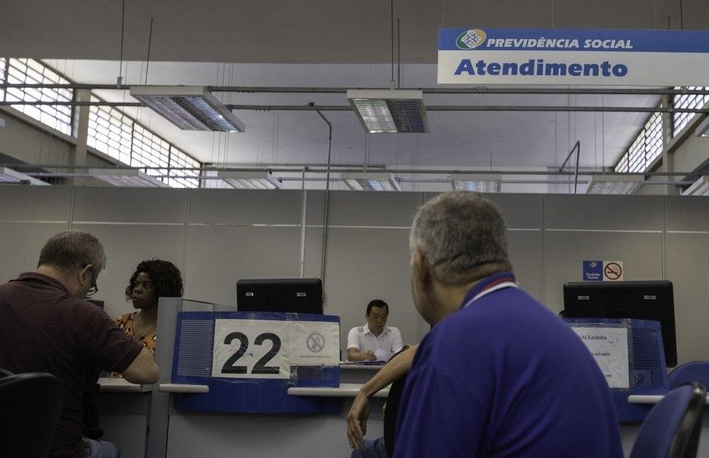 Movimentação em agência da previdência social na região central de São Paulo