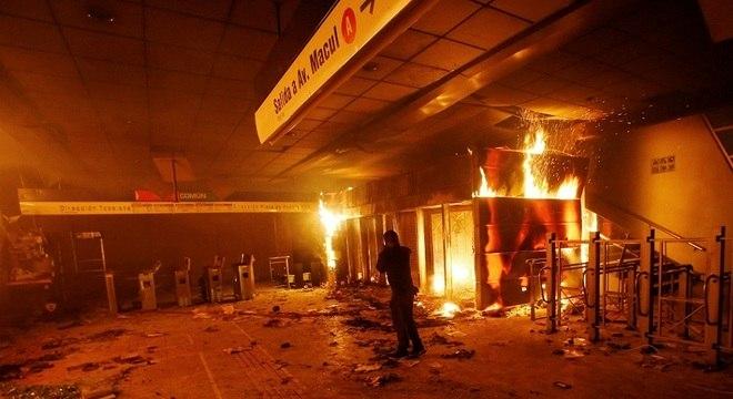 Instalações do metrô de Santigo, capital do Chile, incendiadas durante protestos
