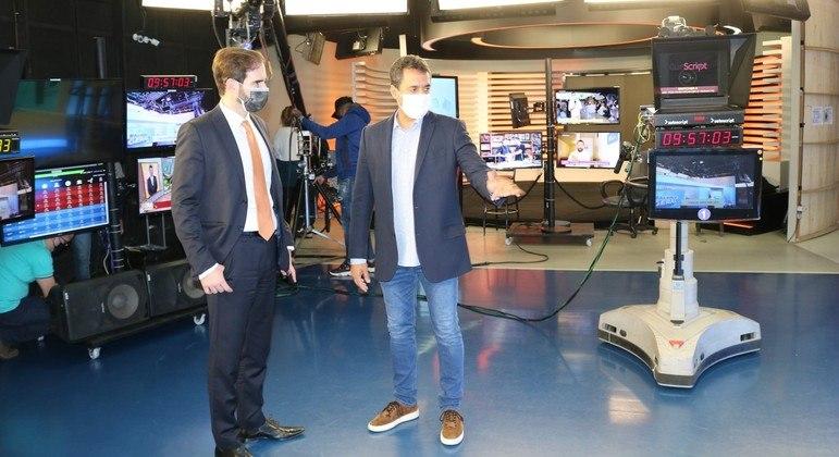 José Ricardo da Veiga com Alarico Naves nos estúdios da emissora