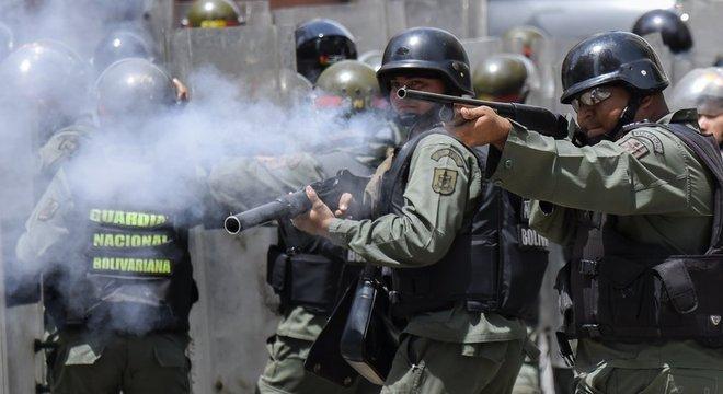 A oposição da Venezuela apelou aos militares para que defendam a Constituição e parem de reprimir manifestações contra o governo