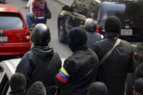 Integrantes de coletivos na rua na Venezuela