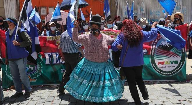 Integrantes do partidos MAS comemoram vitória de Luis Arce na Bolívia