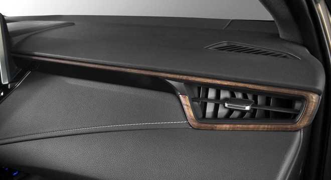A Toyota decidiu usar dois tons e alguns detalhes em madeira para agradar consumidores tradicionais.