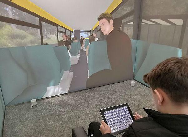 A interação entre criança e o ambiente virtual é realizado por um tablet, permitindo que o paciente navegue pelo cenário e controle totalmente o espaçoLeia também:Robôs atendem e dançam em restaurante na Tailândia