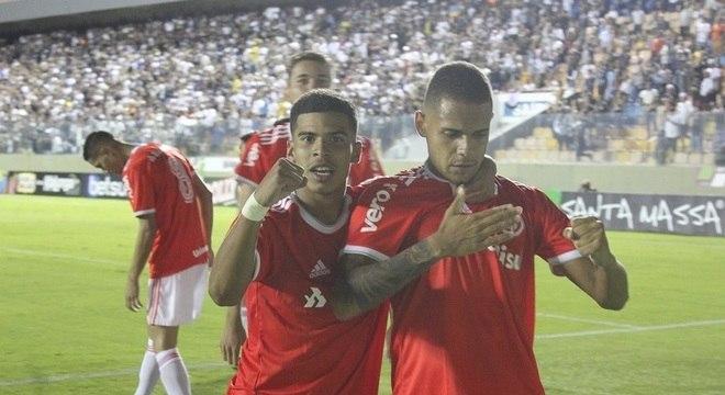 Jogadores do Inter comemoram um dos gols da vitória sobre o Corinthians