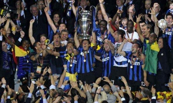 Inter de Milão - 2010 - Mourinho também alcançou o feito da tríplice coroa com a Internazionale, vencendo a Champions League, a Copa da Itália e a Sèrie A. No fim do ano, ainda levou o Mundial de Clubes da temporada 2009/10.