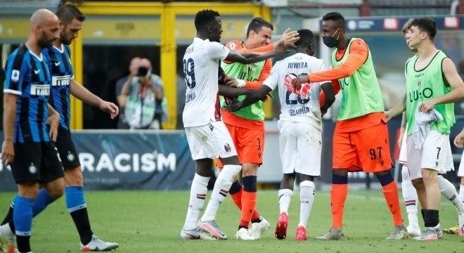 Jogadores do Bologna comemoram triunfo de virada contra a Inter, em Milão